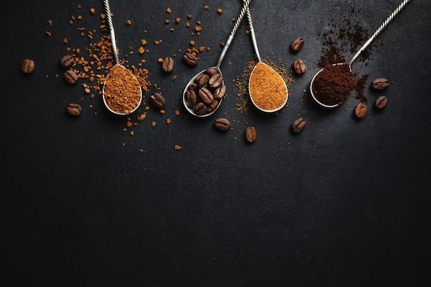 Concepto de café con diferentes artes del café en cucharas. Foto Premium