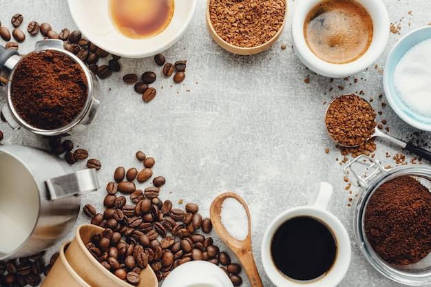 Concepto de café con diferentes tipos de café y accesorios para hacer café sobre fondo gris. vista desde arriba.