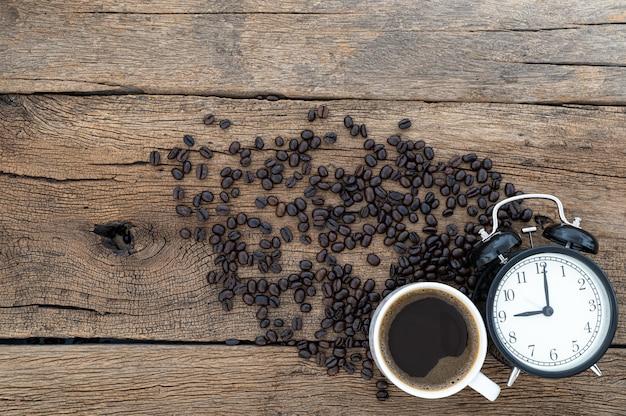 Concepto de café energético y tiempo de trabajo en la vista superior del escritorio