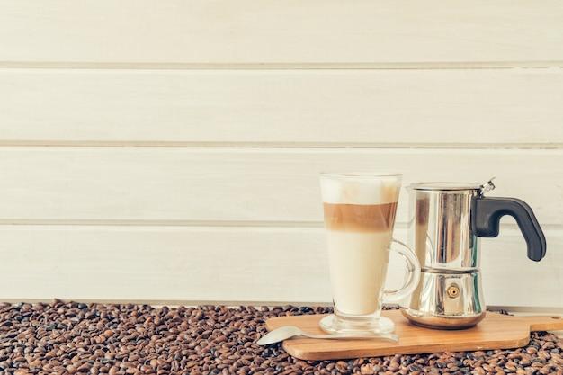 Concepto de café con macchiato y cafetera