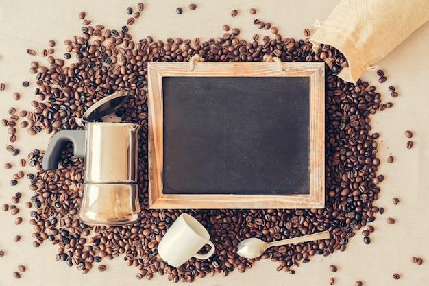 Concepto de café con pizarra y cafetera
