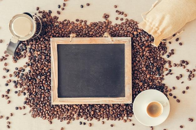 Concepto de café con pizarra sobre granos de café
