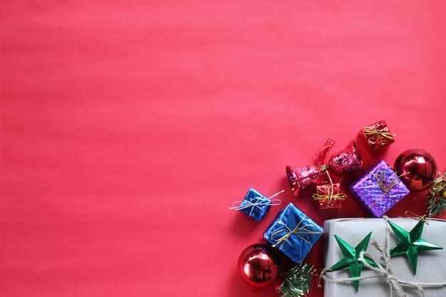 Concepto de caja de regalo y decoraciones de navidad. vista superior y tienen espacio de copia.