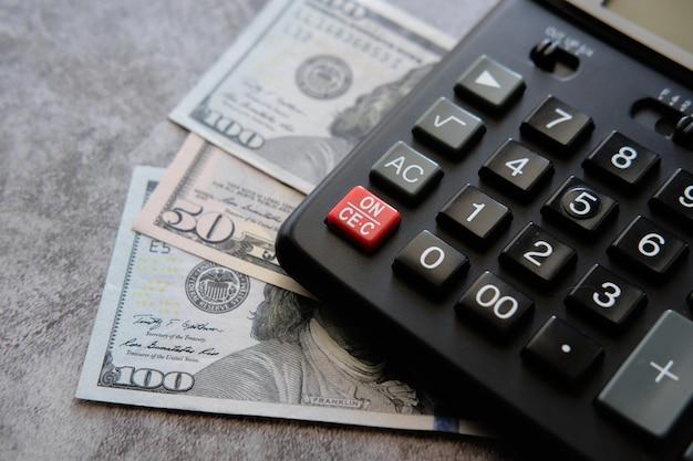 El concepto de cálculo de impuestos, calculadora financiera y dinero.