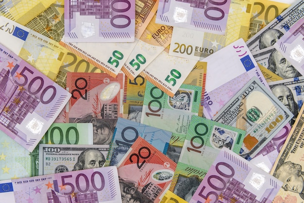 Concepto de cambio de moneda con aud, usd y eur