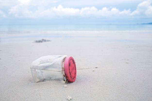 Concepto de campaña ambiental. botella plástica en la playa.
