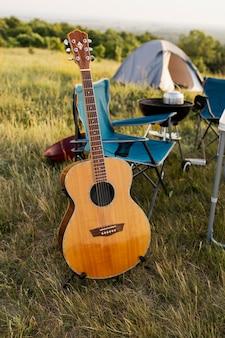 Concepto de camping con guitarra