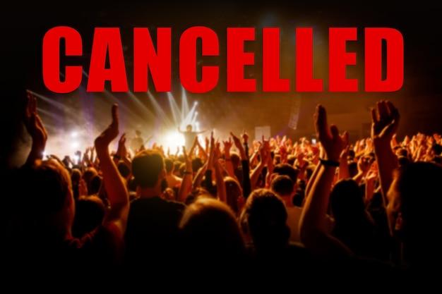 Concepto de cancelación de eventos con una gran cantidad de espectadores.
