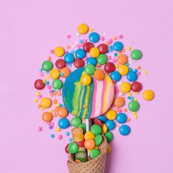 Concepto de caramelos de primer plano con cono de helado