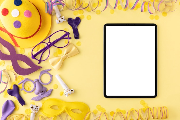 Concepto de carnaval copia espacio tableta y elementos de disfraz