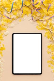 Concepto de carnaval de espacio de copia de tableta en blanco digital de vista superior