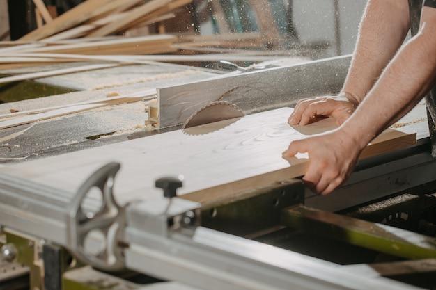 Concepto de carpintería y carpintería carpintero carpintero profesional haciendo muebles de aserrado trabajo de fabricación artesanal