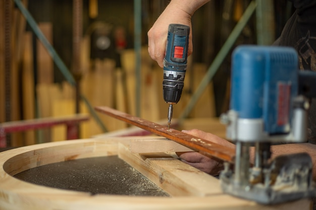 Concepto de carpintería, carpintería y fabricación de muebles, carpintero profesional trabaja con madera en carpintería, concepto industrial