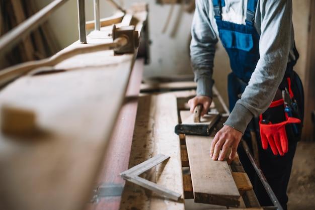 Concepto de carpintería con hombre trabajando