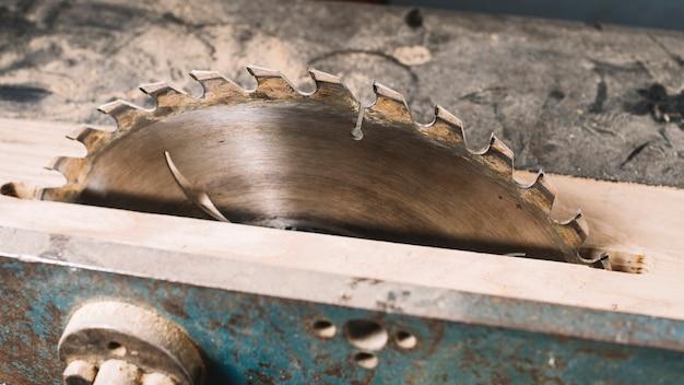 Concepto de carpintería con sierra