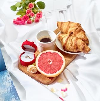 El concepto de carta de amor en la mesa con desayuno