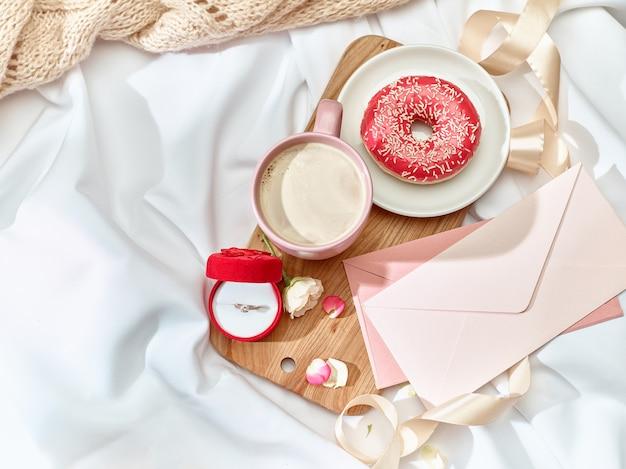 El concepto de carta de amor en mesa con sobre
