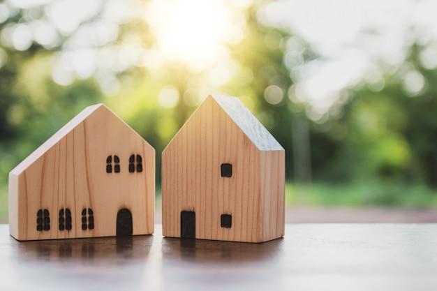 Concepto de casa de ensueño, modelo de casa de madera en la naturaleza