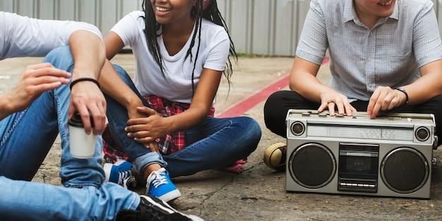 Concepto casual de los adolescentes de la música de los amigos de la unidad