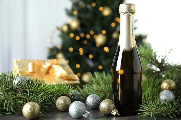 Concepto de celebración de año nuevo con botella de champagne.