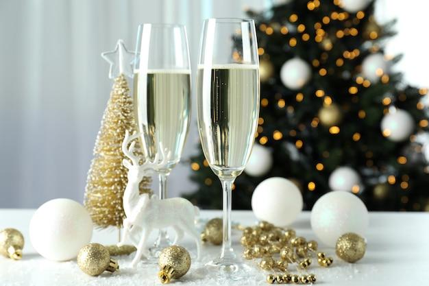 Concepto de celebración de año nuevo con copas de champán.