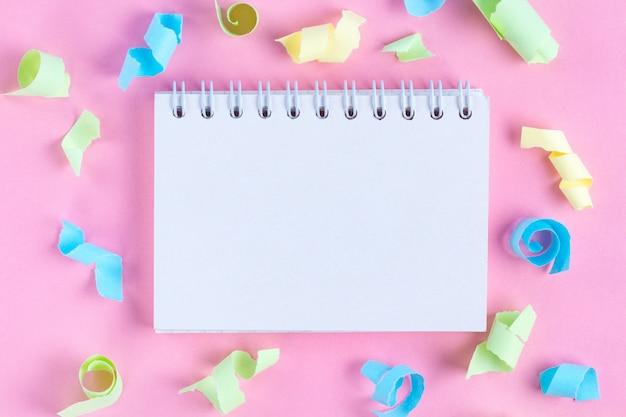 Concepto de celebración. cuaderno. copia espacio serpentinas de fiesta de colores. endecha plana.