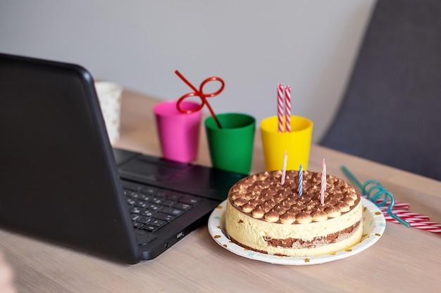 Concepto de celebración de cumpleaños en línea. cuarentena de bloqueo de autoaislamiento. nueva normalidad. tecnología de internet