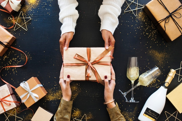 Concepto de celebración dando un regalo.