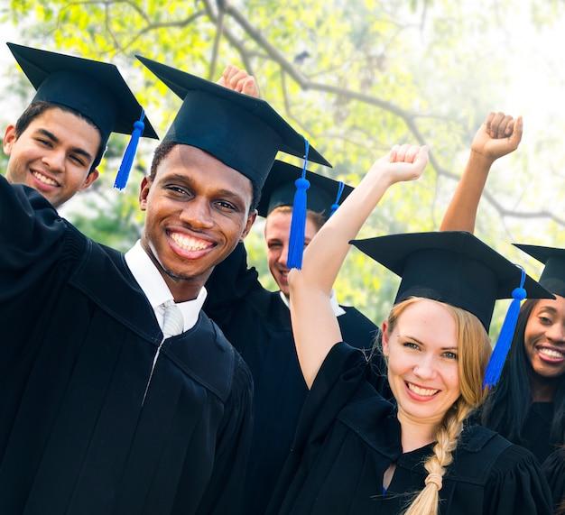 Concepto de la celebración del éxito de la graduación de los estudiantes de la diversidad