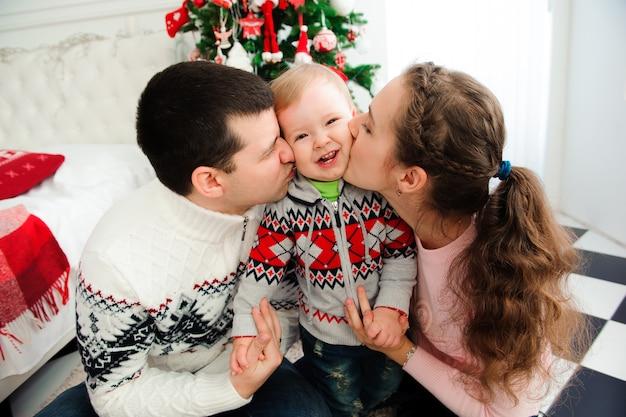 Concepto de celebración, familia, vacaciones y cumpleaños - familia feliz año nuevo.