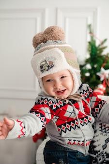 Concepto de celebración, familia, vacaciones y cumpleaños - familia feliz año nuevo