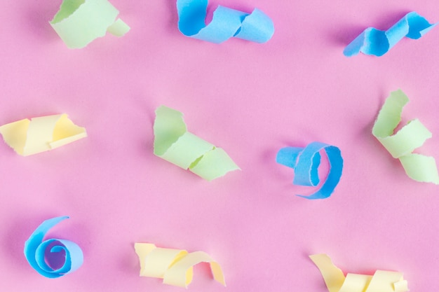Concepto de celebración festiva. serpentinas de fiesta de colores. textura