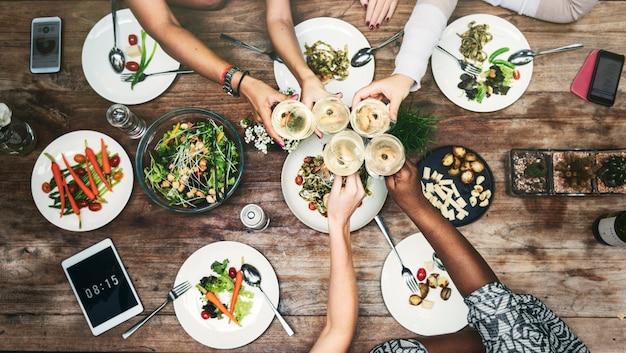 Concepto de cena de comunicación de mujeres juntas