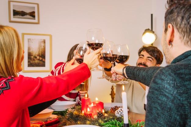 Concepto de cena de navidad con amigos brindando