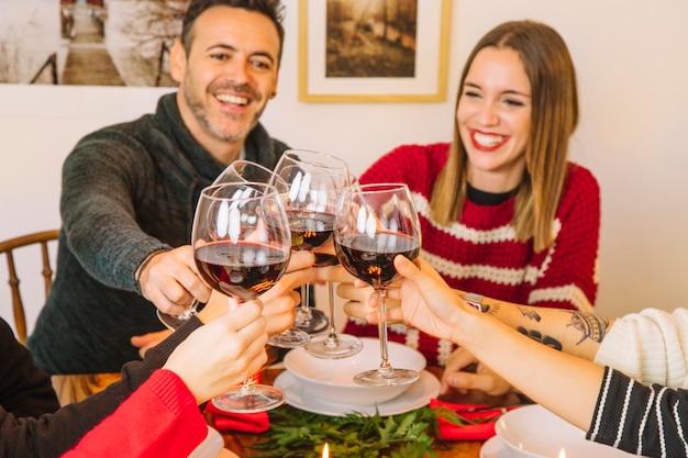 Concepto de cena de navidad con familia brindando