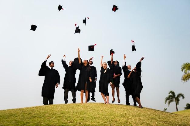 Concepto de ceremonia de graduación de jóvenes estudiantes