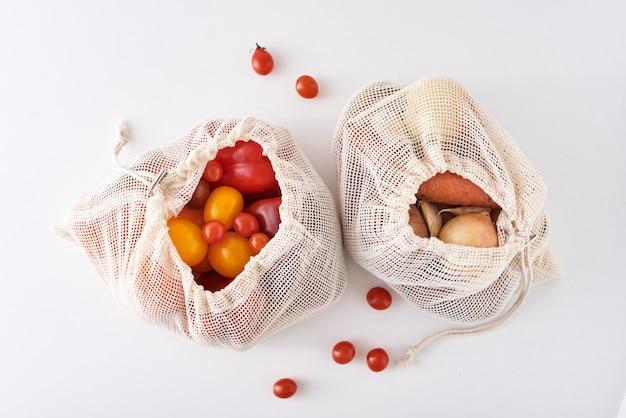Concepto de cero residuos. verduras orgánicas frescas en bolsa textil