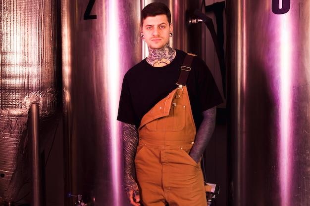 Concepto de cerveza artesana con hombre tatuado