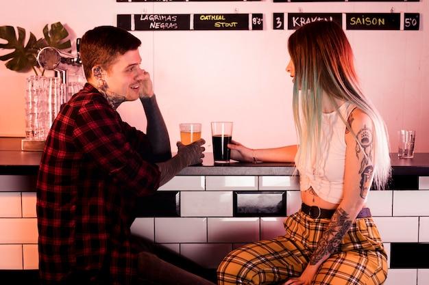 Concepto de cerveza artesana con pareja hipster