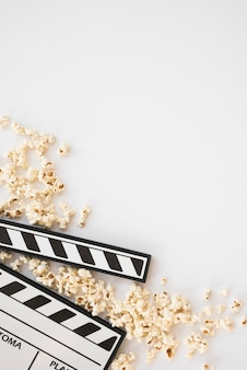 Concepto de cine con claqueta y palomitas