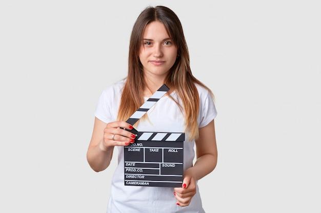 Concepto de cine. joven atractiva con cabello largo