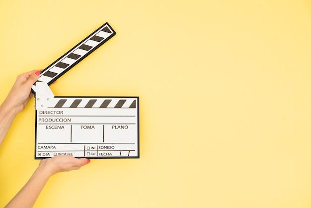 Concepto de cine con mano sujetando claqueta
