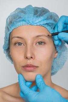 Concepto de cirugía estética y cosmética de mujer blanca