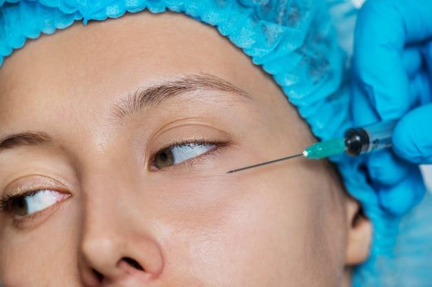 Concepto de cirugía estética y estética de mujer blanca