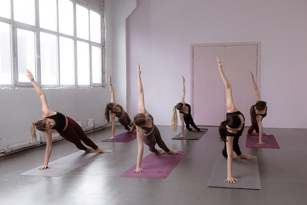 Concepto de clase de fitness, deporte y estilo de vida saludable