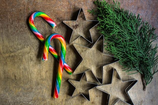Concepto de cocción de navidad con cortadores de galletas en forma de estrella