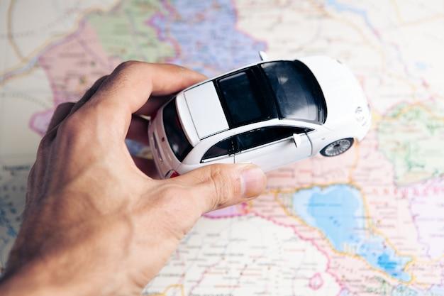 Concepto de coche de juguete pequeño en el mapa