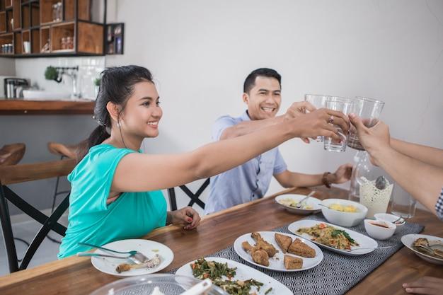 Concepto de cocina grupo alegría
