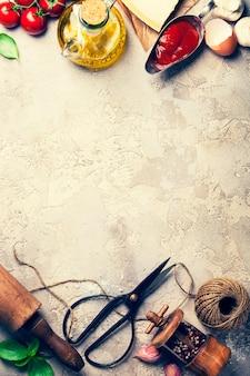 Concepto de cocina, utensilios de cocina en el fondo rústico