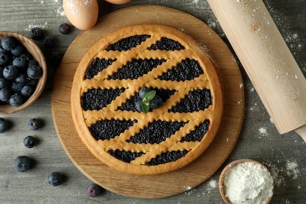 Concepto de cocinar tarta de arándanos sobre fondo de textura gris